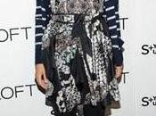 Maggie Gyllenhaal combina flores rayas marineras