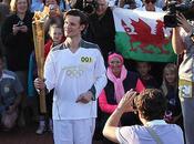 Matt Smith carga antorcha olímpica paso Cardiff