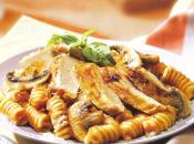 Pollo champiñones pasta salsa asado