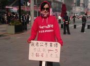 mujer protesta calles Beijing porque marido quiere comprar iPhone