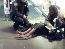 policía compra unas botas calcetines indigente descalzo Times Square