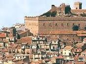 Montalbano Elicona: pueblo medieval silencio naturaleza