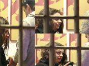 Ashton Kutcher atrapado revisando celular Mila Kunis (Tremendo Mira Cara Foto)