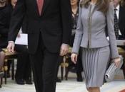 Dña. Letizia, traje chaqueta gris, entrega Premios Nacionales Cultura