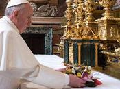 Papa Francisco marca estilo primer día, pequeños detalles