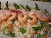 Langostinos salsa sriracha sobre lecho arroz thai cebolla caramelizada, habichuelas, piminetos esparragos aroma cilantro