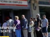 parados esperen minutos fila recibirán Coca-Cola