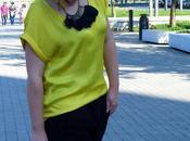 Look pantalón vestir baggy camisa amarilla