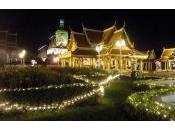Bangkok iluminada cumpleaños Reina Tailandia