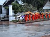 ceremonia entrega ofrendas Luang Prabang