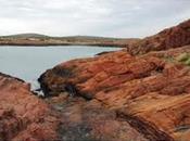 Cabo Bahías contraste paisajístico piedras rojizas azul.