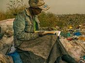 Mujer leyendo vertedero Dandora, Nairobi