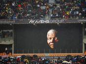 Miles sudafricanos cantan bailan, bajo lluvia, memoria Madiba