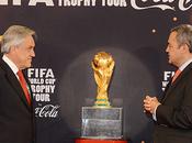 Mandatario recibe trofeo copa mundo