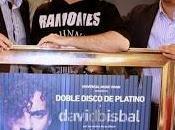 David Bisbal recibe discos Platino vestido sudadera Ramones