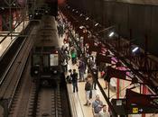 Viajando pasado metro histórico Barcelona