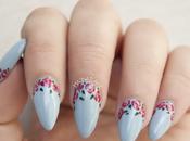 NOTD: Uñas primavera color celeste decoradas rosas.