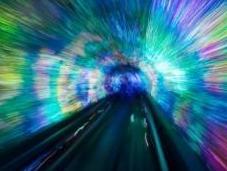 ¿Podrían fotones viajar tiempo través agujero gusano?