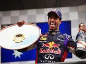 Ricciardo, mota Mercedes inflamado