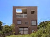 Casa doble cúbica japonesa minimalista faldeo montaña.