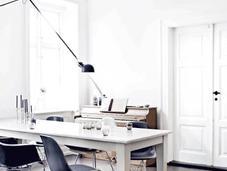 Dinamarca: Suelos negros, paredes blancas magníficas piezas mobiliario