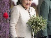 reina Isabel envía primer tuit