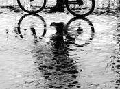 Montar bicicleta lluvia