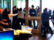 Video: grupo indignados asalta comisaría EE.UU. enfrenta policías