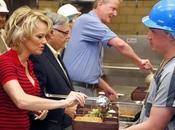 Pamela Anderson visita cárcel para promover comida vegetariana