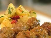 Albóndigas salsa patatas finas hierbas