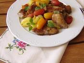 Muslos pollo crujientes glaseados patatas nuevas aplastadas tomates