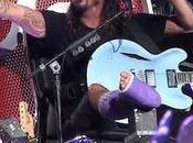"""Dave Grohl sube escenario """"trono"""""""