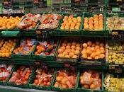 Francia prohíbe grandes supermercados tirar comida