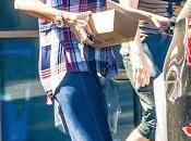 Selena Gomez sale comer Pedalers Fork Calabasas