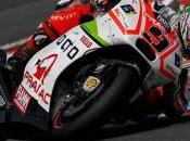 Rossi desempata favor gana bajo intensa lluvia Gran Bretaña