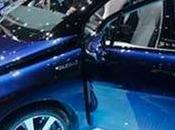 Toyota lanza auto impulsado hidrógeno