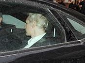 Assange entrega Policía británica, pero rinde.