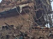 Granjero chino construye castillo arcilla esperanza hermanos muertos regresen
