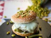 Hamburguesa brioche pistachos, pepinillos queso camembert
