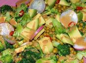 Ensalada brócoli, aguacates guisantes aliño cacahuetes. (superalimentos)