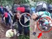 Impresionantes imágenes cubanos cruzando selva niños brazos