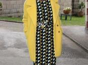 looks-vestido estampado geométrico abrigo amarillo punto aparte