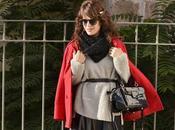 Sweater gris abrigo rojo