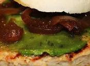 Hamburguesa atun pesto verde cebolla caramelizada vinagre Jerez