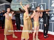 Lady Gaga llega Premios Grammy 2011 dentro huevo gigante