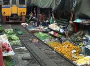 tren atravesando mercado Bangkok