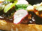 Sandwich pollo salsa barbacoa china, hierbas, cacahuetes rabanitos