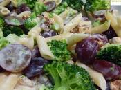 Ensalada brócoli, pasta uvas