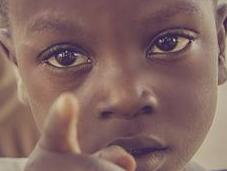 Nunca dejes solo niño triste porque sabrá hacer