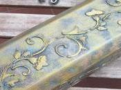 Caja madera para vino, decorada relieves pintura metal antiguo.